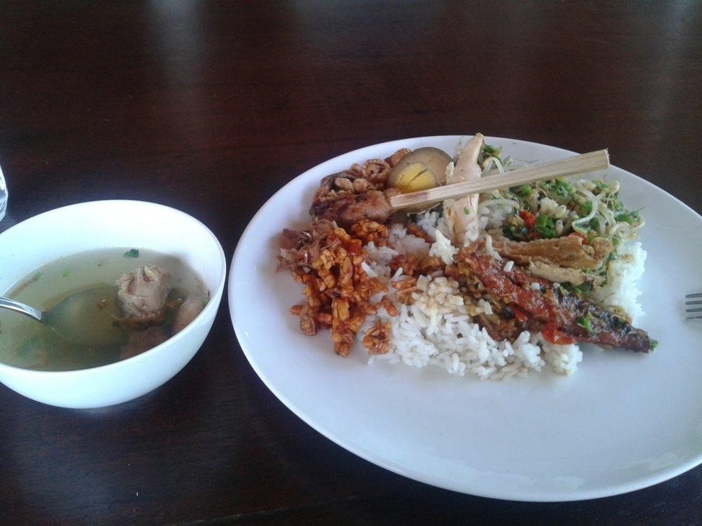A Bali, riz blanc servit avec poulet et cacahuètes grillées sucrées